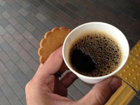 ホットコーヒーとジンジャークッキー