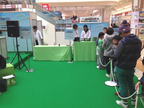 マイクラ部in大阪イオンモールりんくう泉南、整理券をもらうために受付前で並ぶ